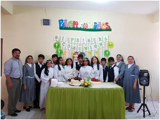 Kinder des Internats bei der Erstkommunion