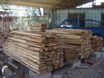 Flipflops und Holz für Schulmöbel