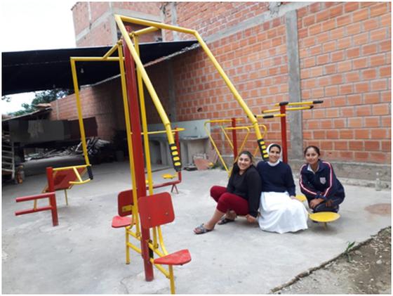 Schwester Isabel und Jugendliche des Internats am fertigen Fitnessparcours