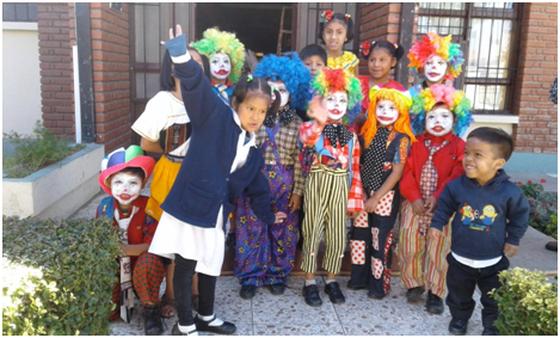 Die Kinder des Heimes beim Karneval